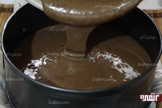 ریختن مایع کیک داخل قالب