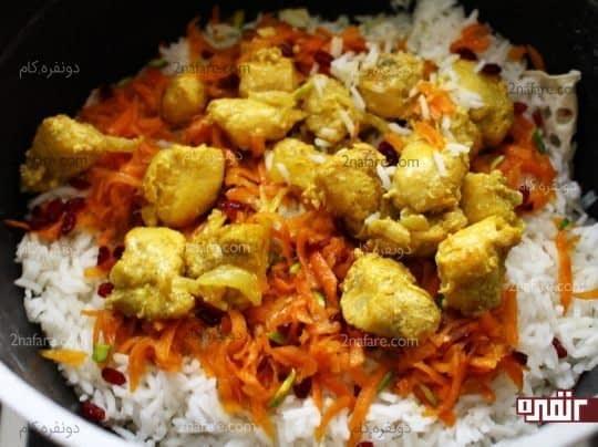 ریختن مرغ روی برنج
