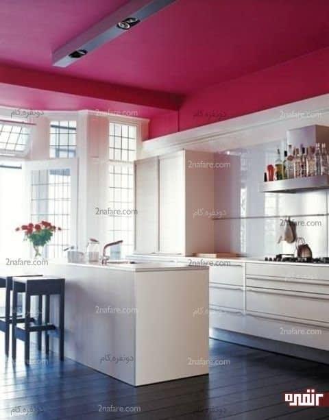 سقفی با رنگ سرخابی برای اتاقی با دیوارهای سفید