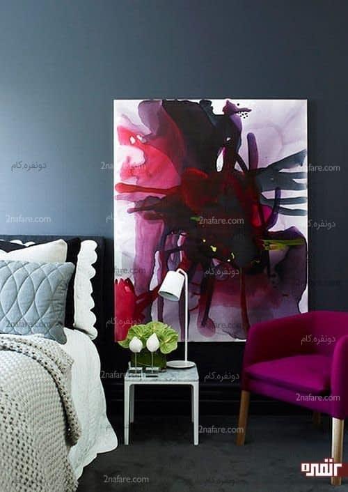 صندلی راحتی در اتاق خواب با تابلویی زیبا و هنرمندانه