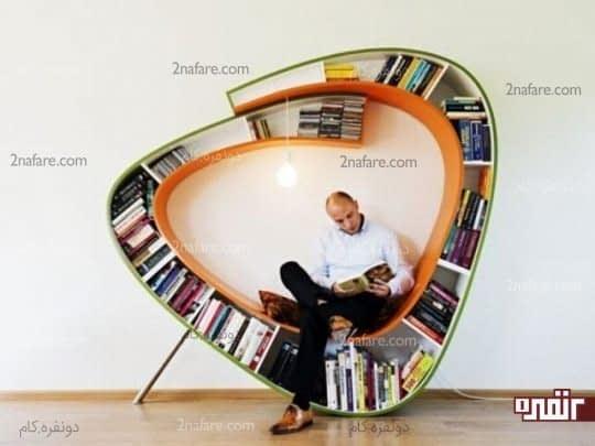 صندلی راحت با قفسه هایی پر از کتاب و لامپی برای مطالعه