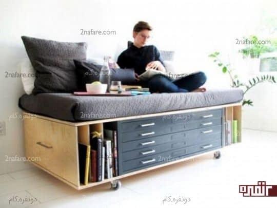 مبل راحتی با قفسه هایی برای نگهداری از کتابها و اشیا