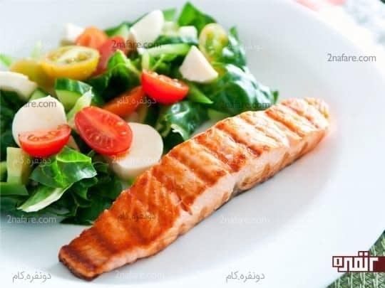مرغ یا ماهی رو کباب یا بخارپز کرده و در کنار سالاد میل کنین