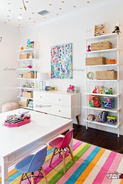 میز سفید و صندلی های رنگارنگ برای اتاق کودک