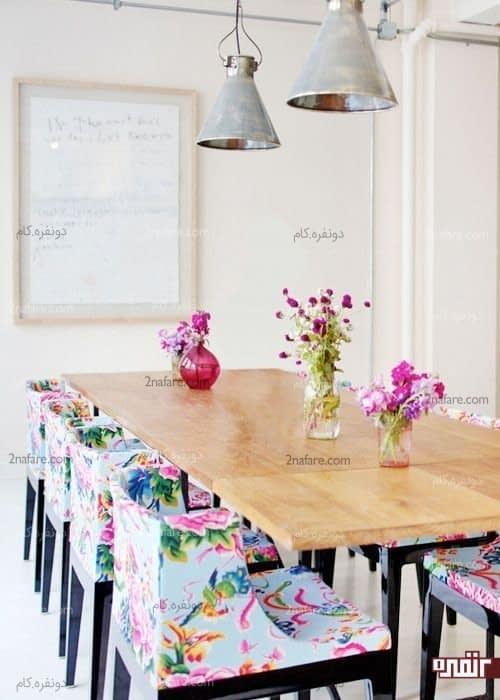 نمای شاد و جذاب میز نهارخوری با صندلی های گلدار رنگی