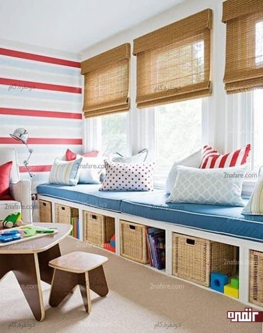 نیمکت پنجره ای، جعبه های اسباب بازی و کوسن های رنگی محلی مناسب برای گذران وقت کودک