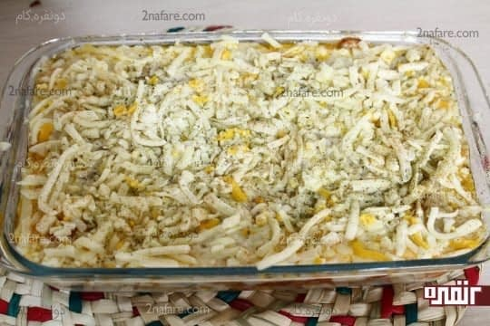 پوشاندن روی لازانیا با پنیر