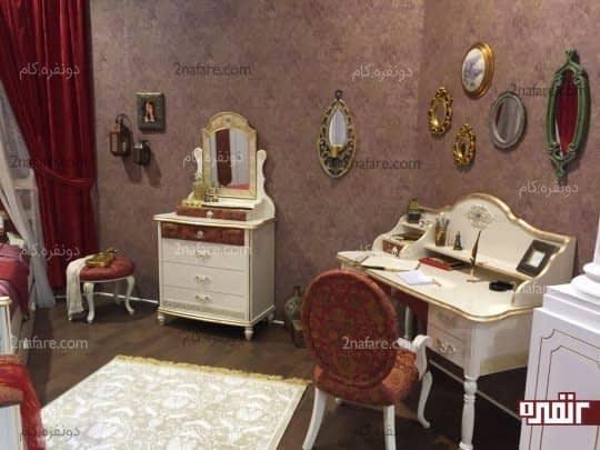 یک میز کلاسیک با لبه طلایی تزئینی و منحنی های نرم و ظریف کاملا متناسب با اتاق دخترانه