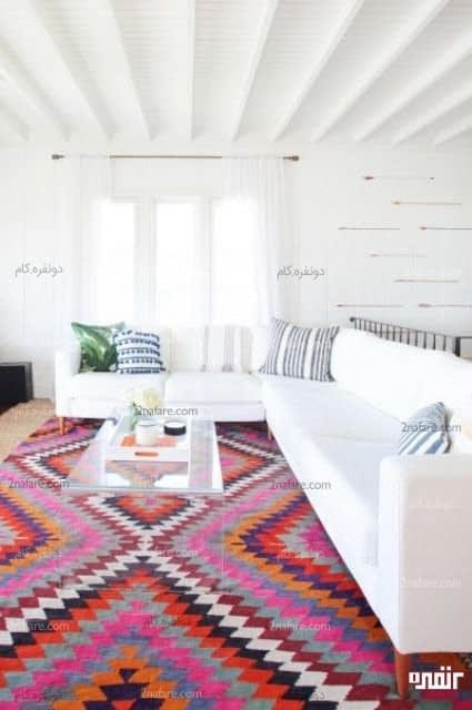 اتاق سفید با فرش رنگی و سنتی