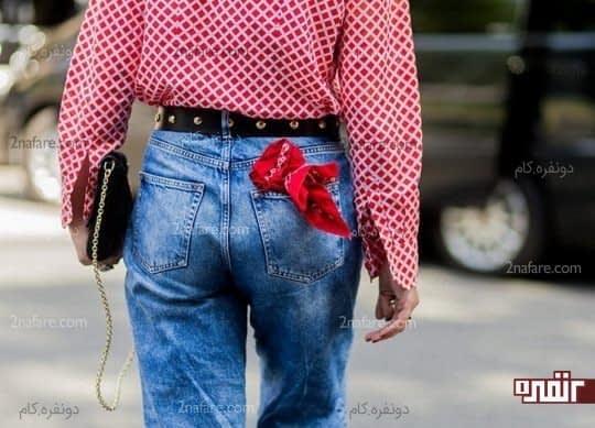 گذاشتن دستمال گلدار در جیب شلوار