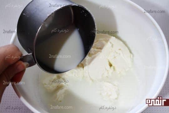اضافه کردن شیر به پنیر خامه ای