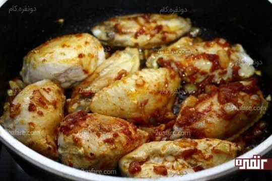 اضافه کردن مرغ های تکه شده