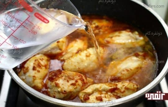 افزودن آب به مرغ های در حال پخت