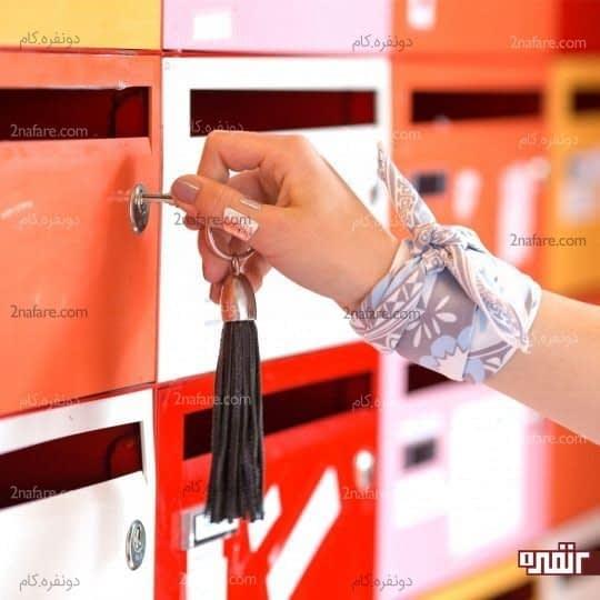 بستن دستمال گلدار دور مچ دست