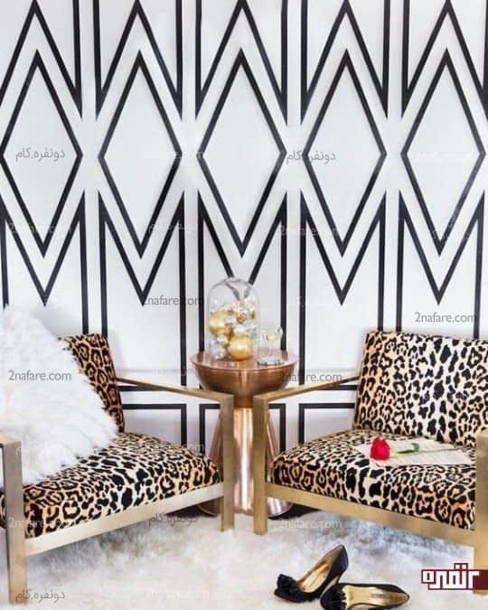 ترکیب زیبای کاغذ دیواری و صندلی ها با کفپوش خز دار