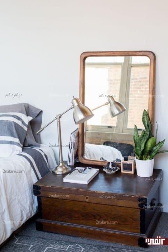 صندوقچه چوبی بعنوان میز کنار تخت و پایه ای برای آینه      زیبا