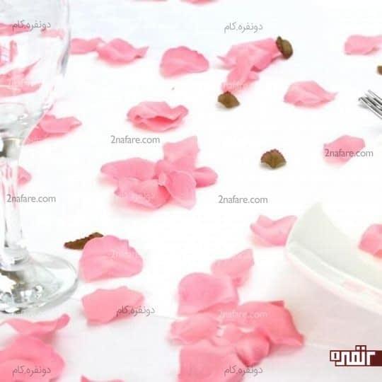 میز کریستال و گلبرگ های صورتی