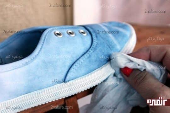پارچه ی مرطوب برای تمیز کردن دور کفش