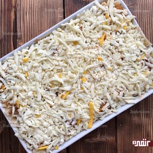 پوشاندن سطح لازانیا با پنیر