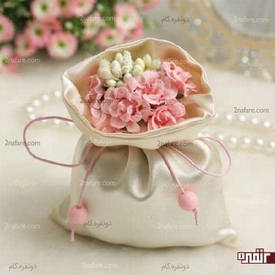 کیسه ای از گلهای مصنوعی