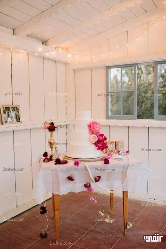 کیک عروسی در فضای بسته