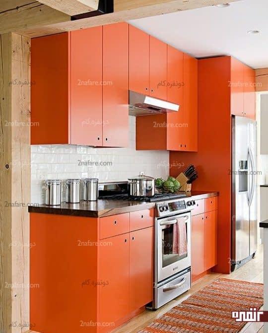 آشپزخانه ای مدرن، ساده و شاد با انتخاب جسورانه ی رنگ نارنجی