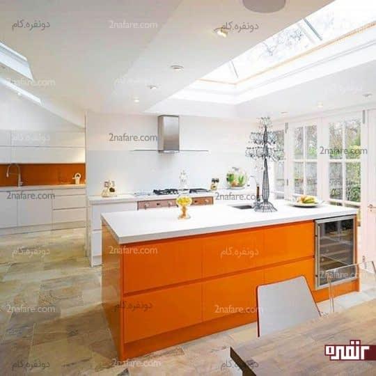 آشپزخانه ای کاملا سفید و کابینت های نارنجی براق