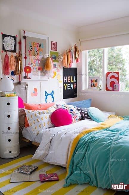 اتاق خوابی رنگارنگ و قرار دادن تخت خواب در کنار پنجره