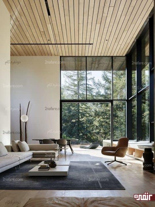 اتاق نشیمن با سبک مدرن و دارای پنجره هایی عریض و بلند