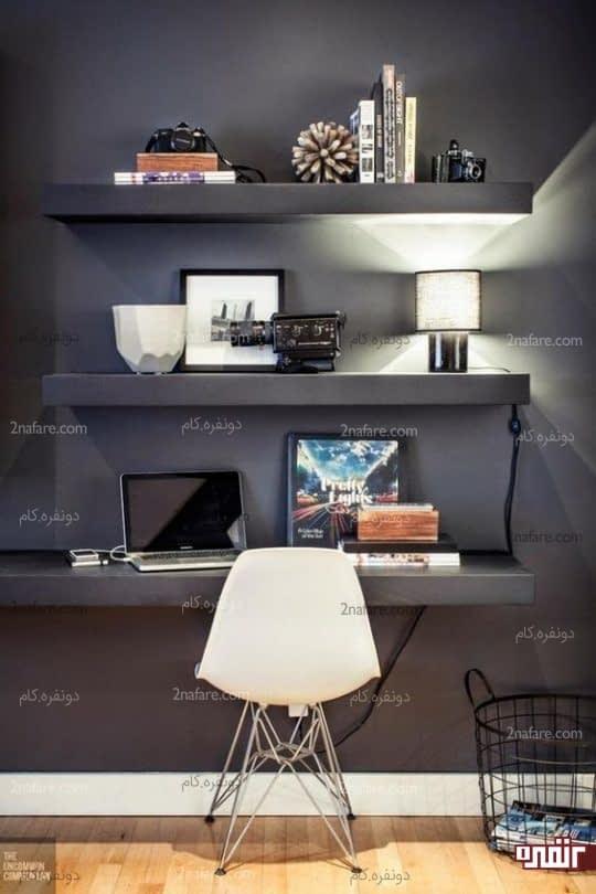 استفاده ی همزمان از طبقات روی دیوار به عنوان میز مطالعه و قفسه ی کتاب