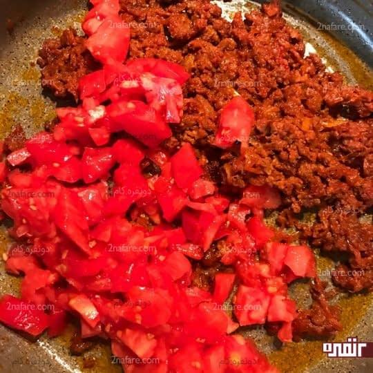 اضافه کردن گوجه فرنگی