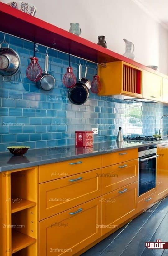 ترکیب زیبای کاشی های آبی رنگ و کابینت های نارنجی