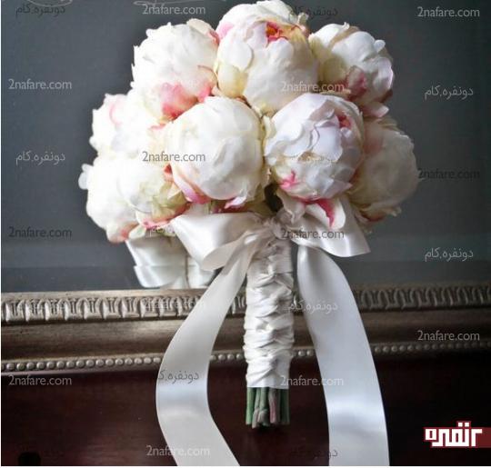 تزیین زیبای دسته گل پئونی عروس با روبان ساتن سفید