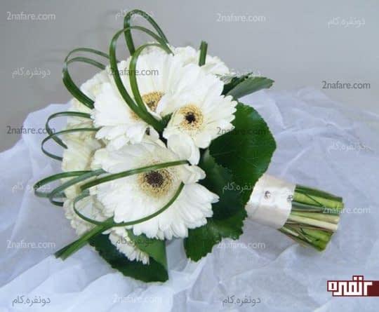 دسته گل سفید عروس با ژربرا