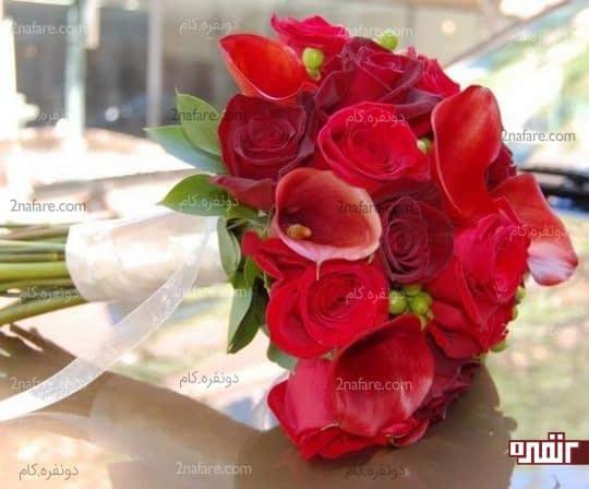 دسته گل عروس با گل رز و شیپوری قرمز