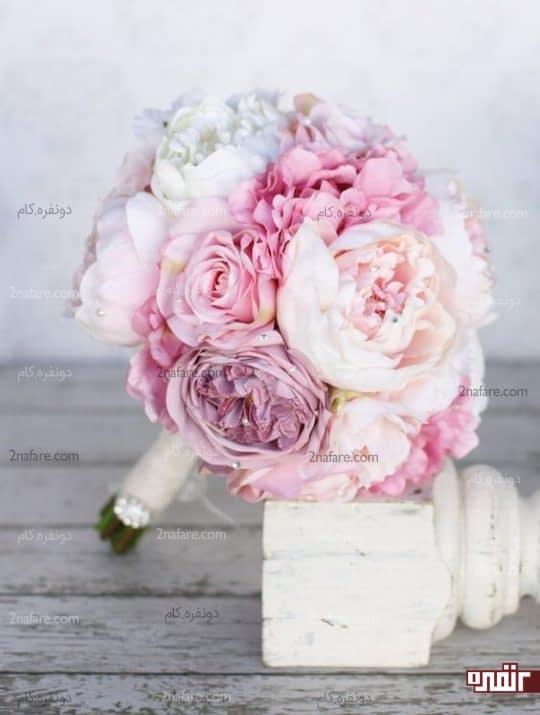 دسته گل عروس با گل صدتومنی(پئونی)