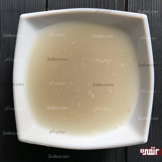 ریختن پودر خمیر مایه در آب ولرم
