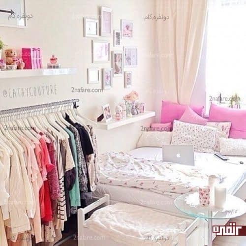 قرار دادن آویزی برای لباس ها در کنار تخت خواب