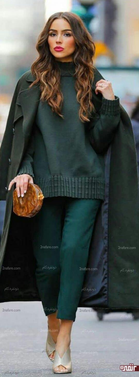 لباس سبز یشمی و کیف قهوا ای