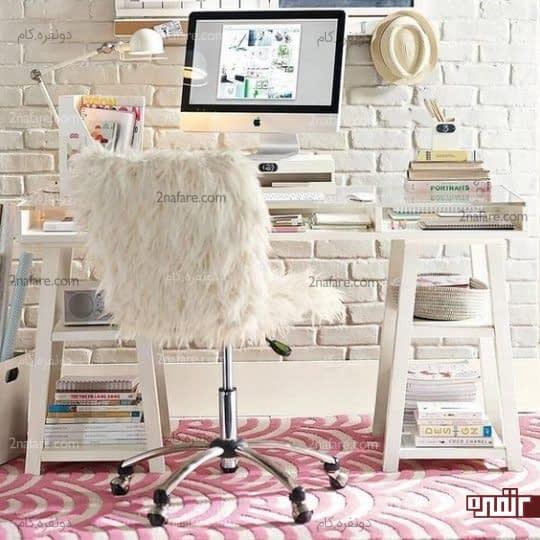 میز مطالعه و صندلی با پوشش خز در مقابل دیواری آجری و زیبا