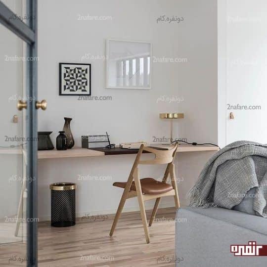 میز کار باریک و چوبی چسبیده به دیوار اتاق نشیمن