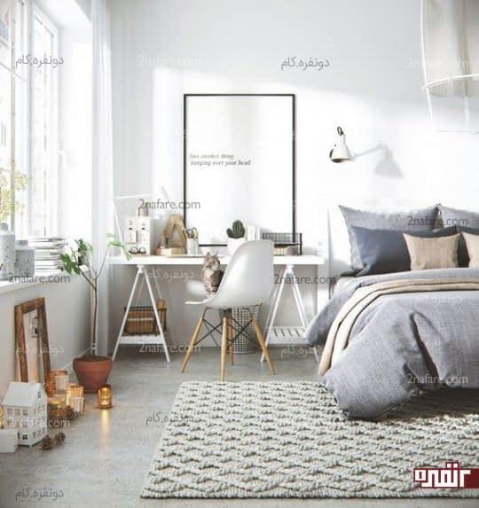 میز کار در کنار تخت خواب در فضای اتاق خواب