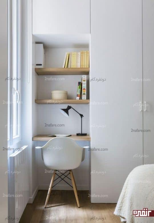 میز کار کوچک و قفسه ها درون دیوار