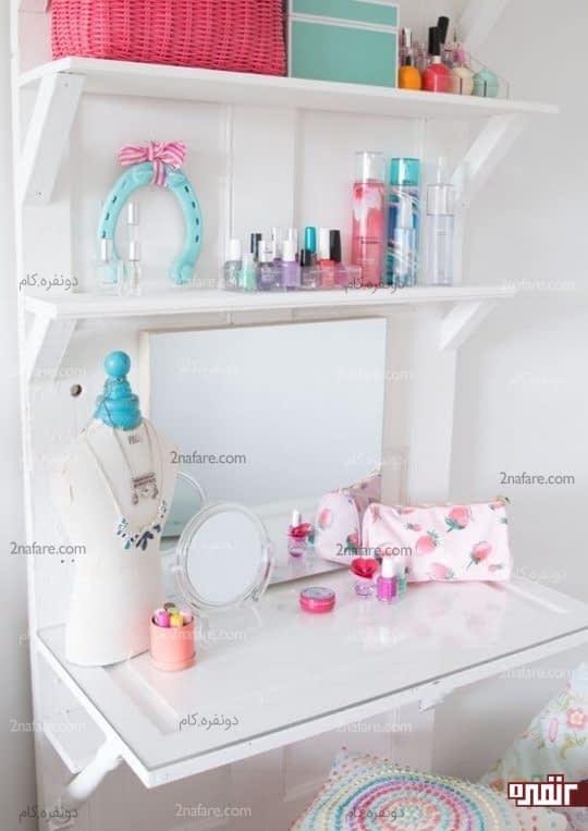 میز کوچک آرایش با قفسه هایی برای نگهداری از لاک ها و سایر وسایل
