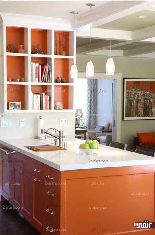 پوشش داخلی نارنجی برای قفسه ها و هماهنگی با جزیره آشپزخانه