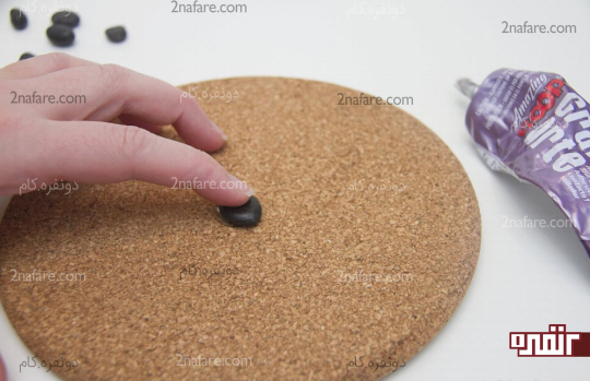 چسبوندن اولین سنگ به وسط دایره چوبی