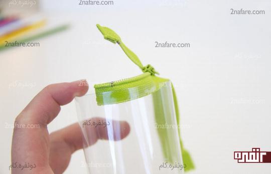 چسبوندن زیپ به لبه ی بطری با رعایت فاصله از لبه