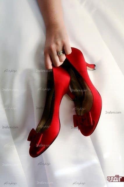 کفش خوش رنگ و پاشنه دار عروس