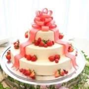 کیک عروسی با تزین توت فرنگی