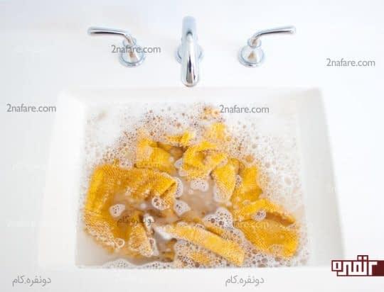 خیساندن ژاکت بافتنی در آب ولرم
